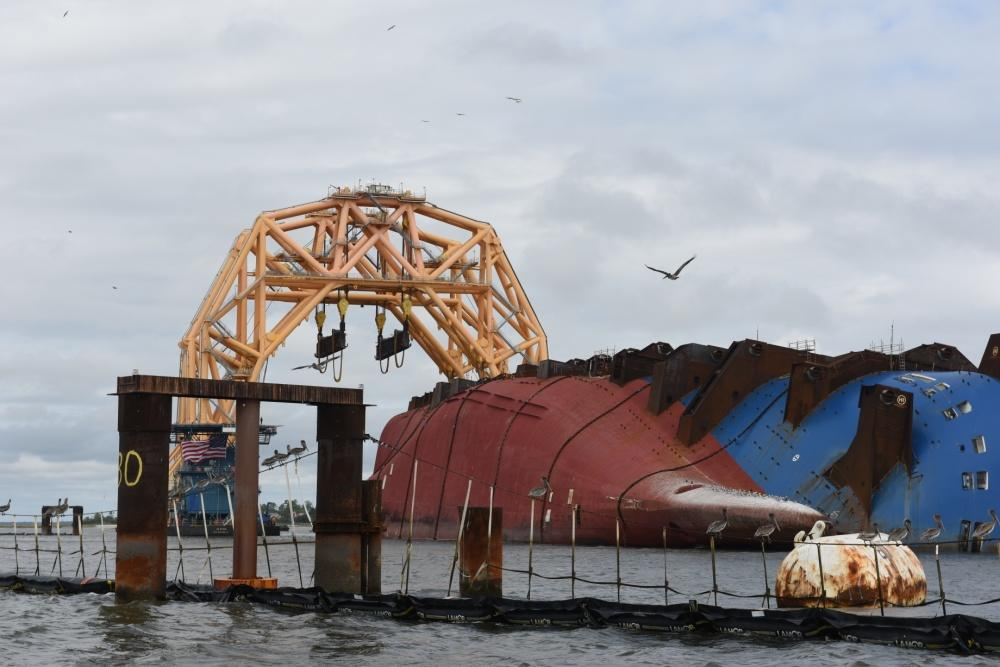 The heavy-lift vessel VB 10,000 arrives at the Golden Ray wreck site