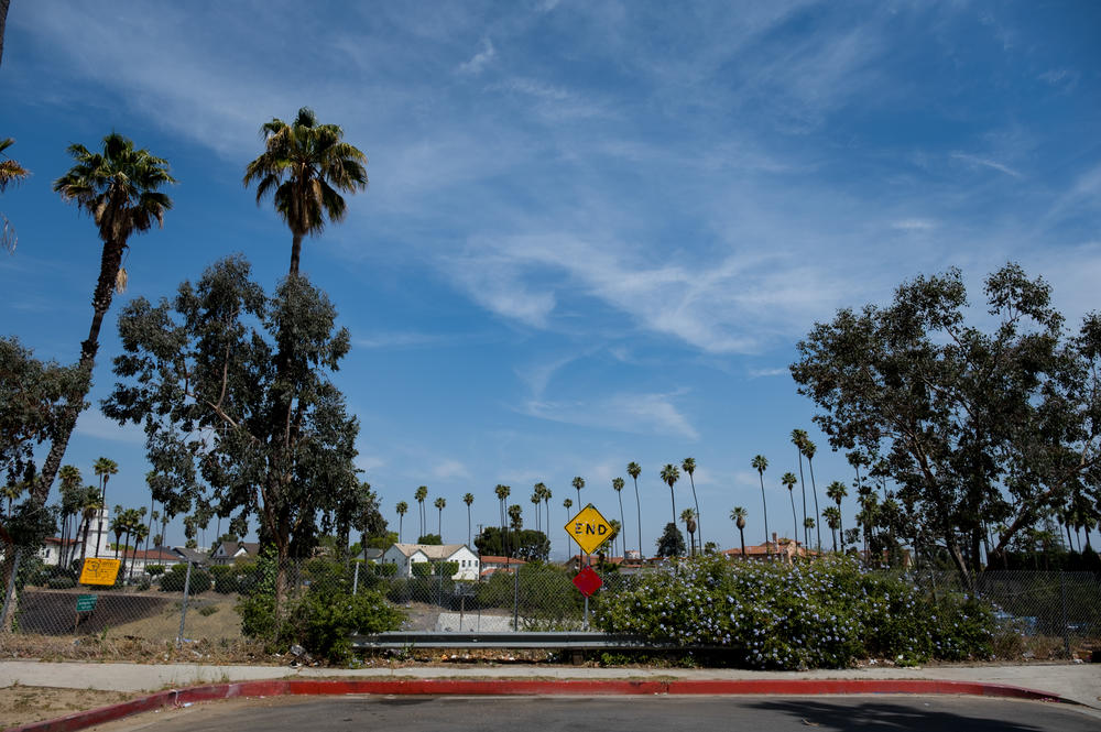 In the neighborhood of West Adams, a culdesac sits against the interstate 10 freeway.