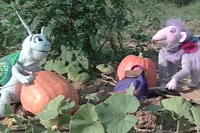 Blossom and Snappy decide to surprise Robbie by making her a pumpkin pie.
